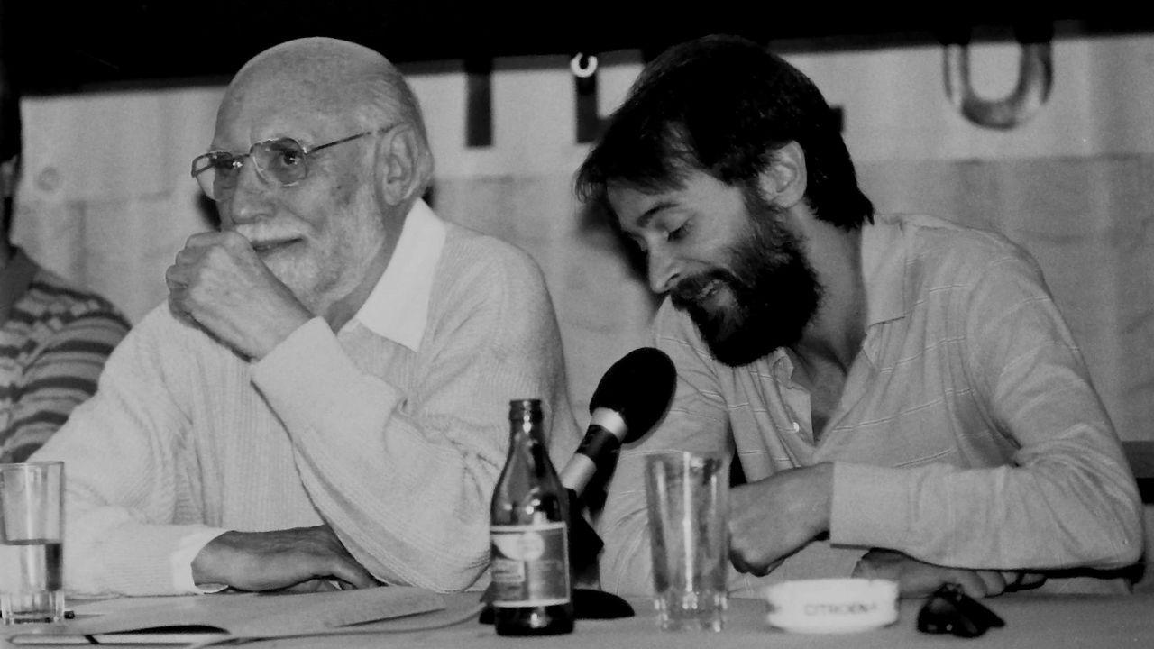 Os cineastas Carlos Velo e Chano Piñeiro, en 1985, na segunda edición das Xornadas de Cine de Galicia, que acolleu a homenaxe ao veterano director ourensán afincado en México