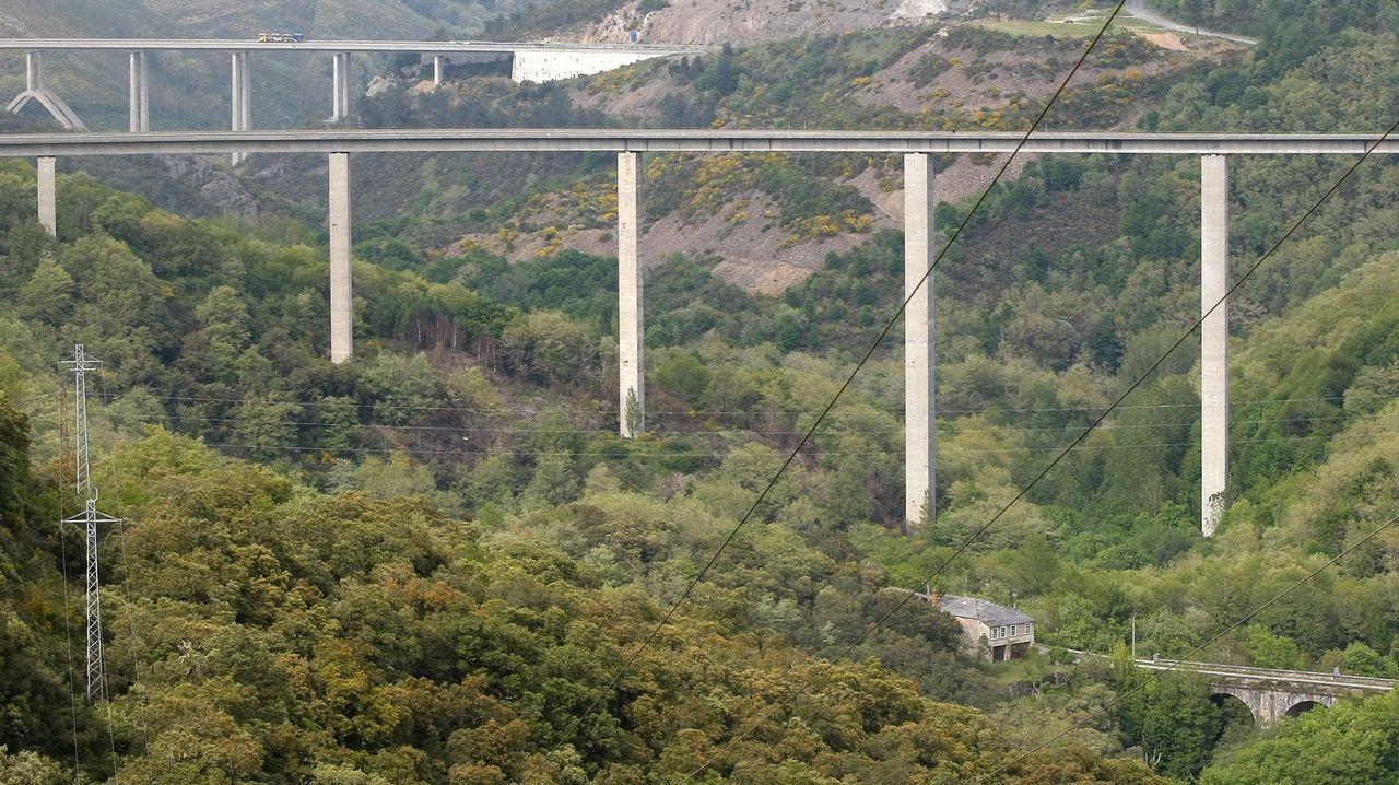 Tres puentes con historia en Becerreá. Al fondo, se puede ver el puente de la autovía que se inauguró en el 2001; en el centro el puente de Cruzul de la N-VI que se levantó en 1987; y en primer término el puente de estilo neoclásico, construido por el arquitecto francés Carlos Lemaur en 1775 para el Camino Real. óscar cela.