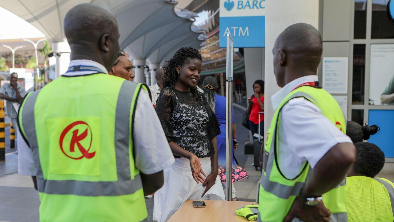 Familiares piden información sobre el vuelo siniestrado de Ethiopian Airlines ET 302, en el aeropuerto internacional Jomo Kenyatta en Nairobi