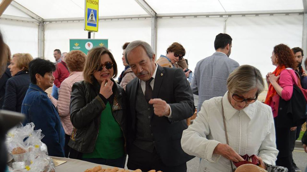 Pedro Sánchez escucha cómo Javier Fernández atiende a los medios de comunicación, durante una visita a Asturias.Ana Taboada y Wencelao López