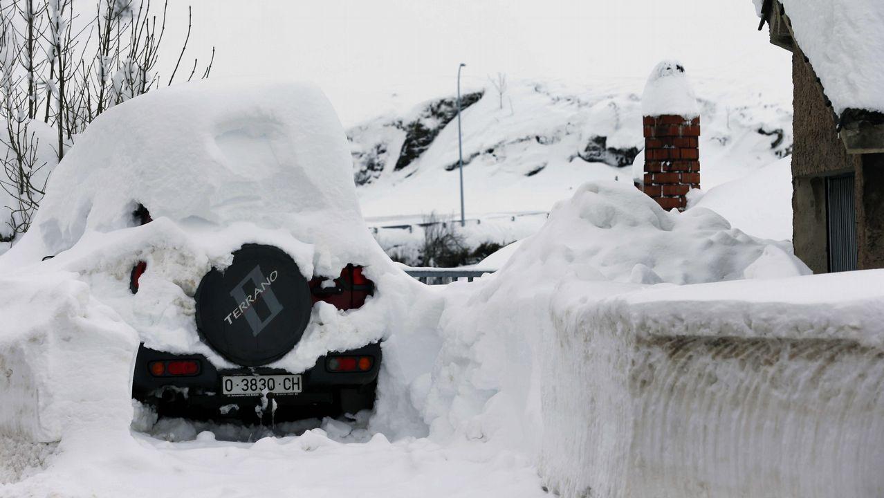 Carretera abierta alrededor de la nieve en Somiedo.Un vehículo cubierto de nieve, en el pueblo asturiano de Pajares.