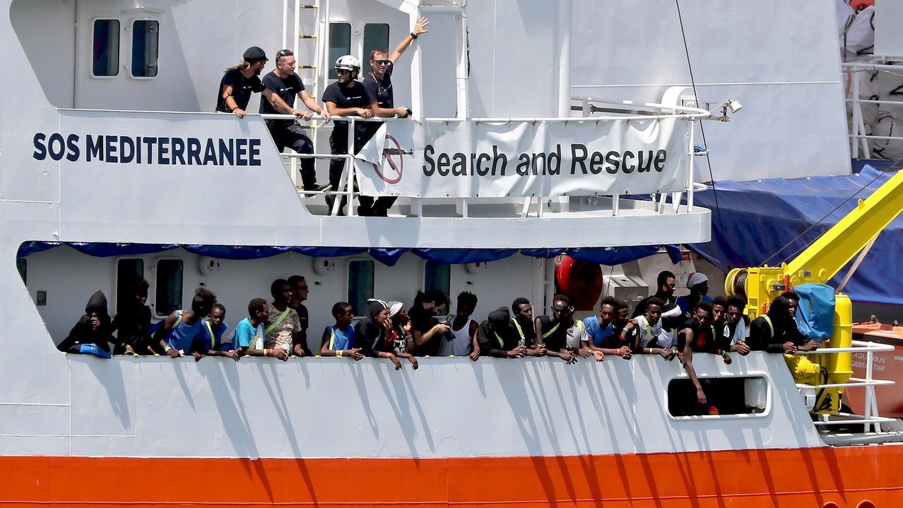 Los nuevos pedidos para la pesca.Inmigrantes desembarcan del buque de la guardia costera italiana Diciotti en el puerto de Catania, Italia, el 13 de junio de 2018
