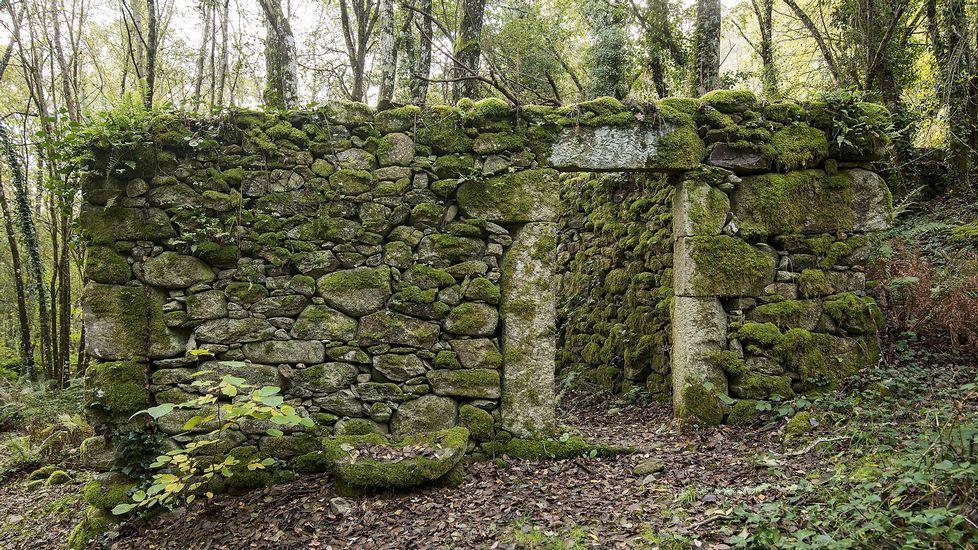 Otra vista de los restos del molino de Piedras do Couto