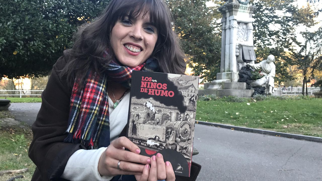 Aitana Castaño con su obra «Los niños de humo»