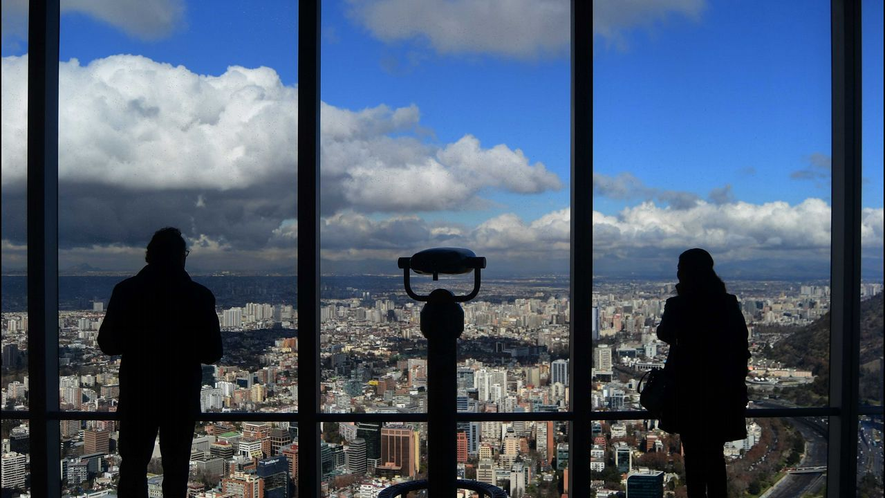 Disfrutando de las vistas desde un mirador en la ciudad de Santiago de Chile
