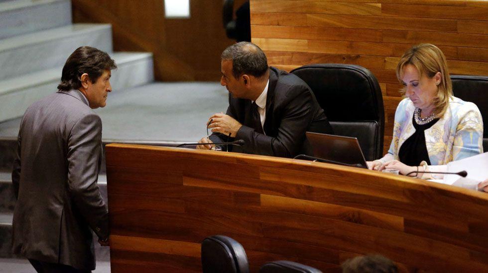 El presidente del Principado, Javier Fernández, conversa con Fernando Lastra, en la Junta General.El presidente del Principado, Javier Fernández, conversa con Fernando Lastra, en la Junta General