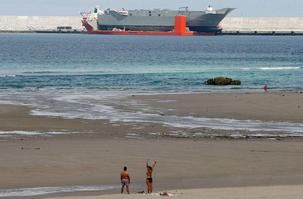 .Los bañistas de la playa de Sabón conviven con el tránsito de embarcaciones de gran porte.