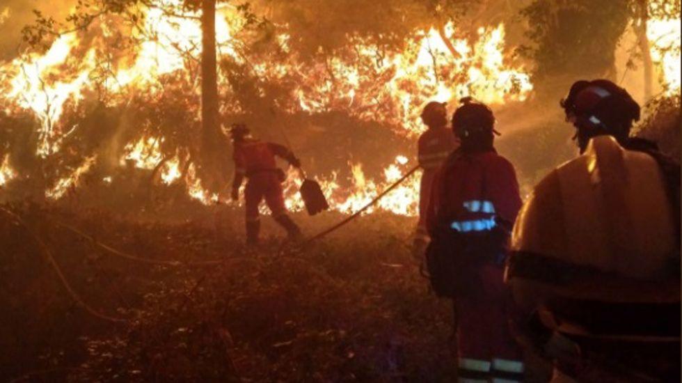 Los efectivos de la UME luchando contra el incendio de Seroiro