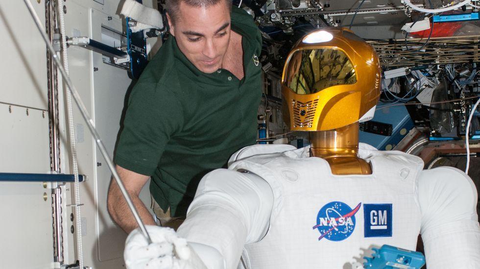 .O astronauta da NASA Chris Cassidy traballa na estación espacial internacional co Robonaut 2