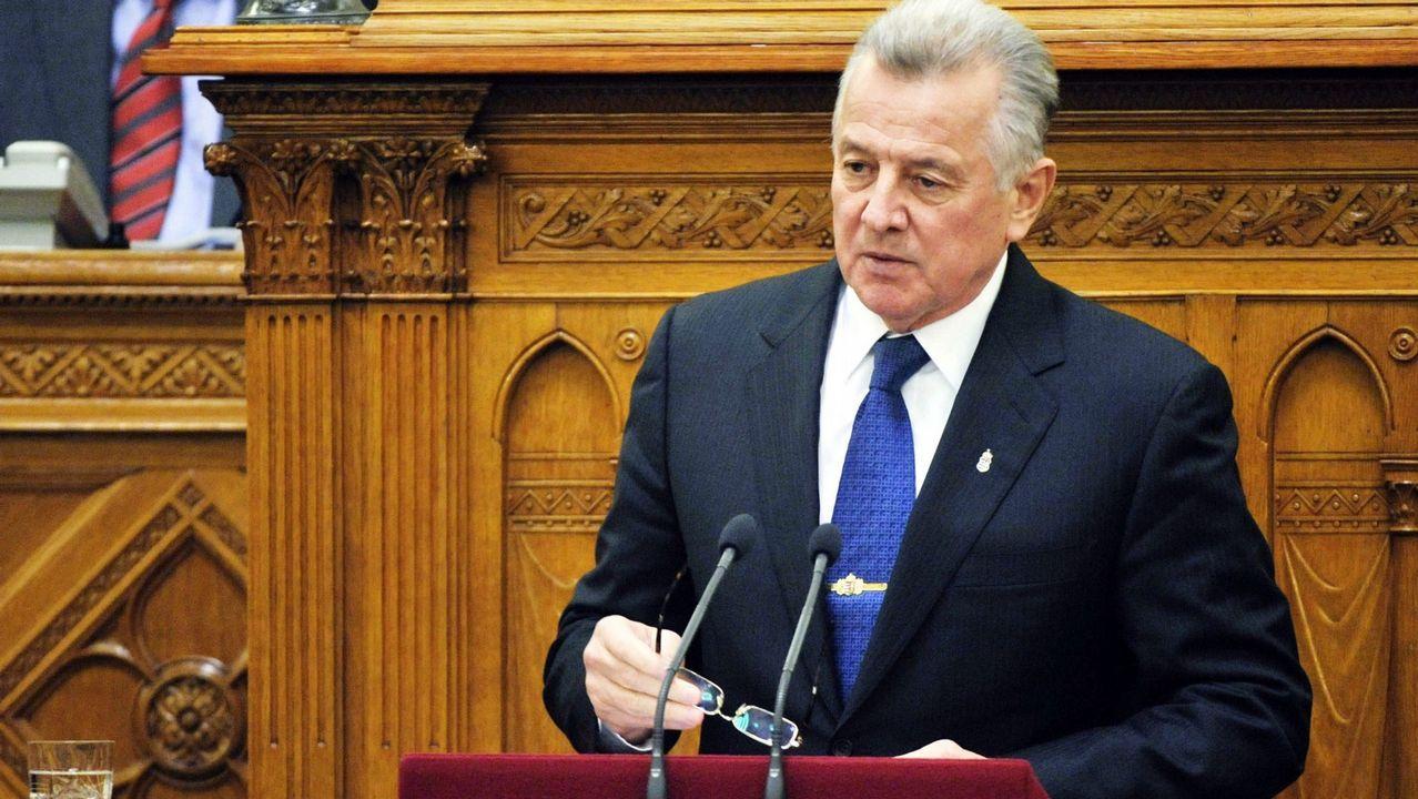Bebé pie mano.El expresidente de Hungría, Pal Schmitt