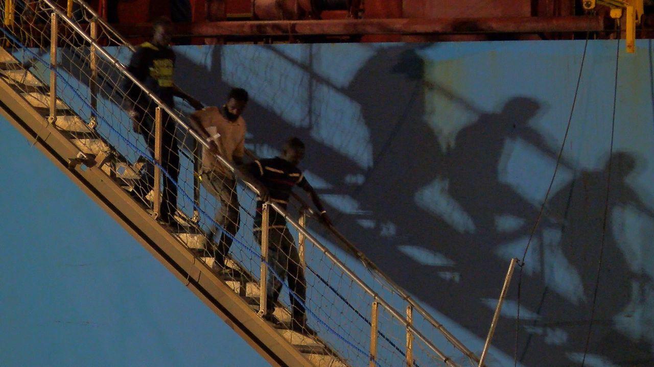 El barco Open Arms llega al Puerto de Barcelona.Momento en que desembarcan en Sicilia los migrantes rescatados por el Alexander Maersk