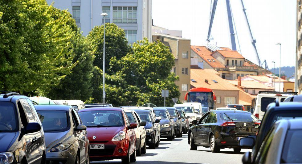 Imagen de la retención de coches al mediodía.