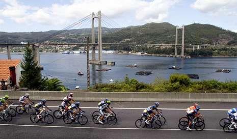 El año pasado, el pelotón ya no se metió en el puente de Rande tras salir de Vigo en la décima etapa.