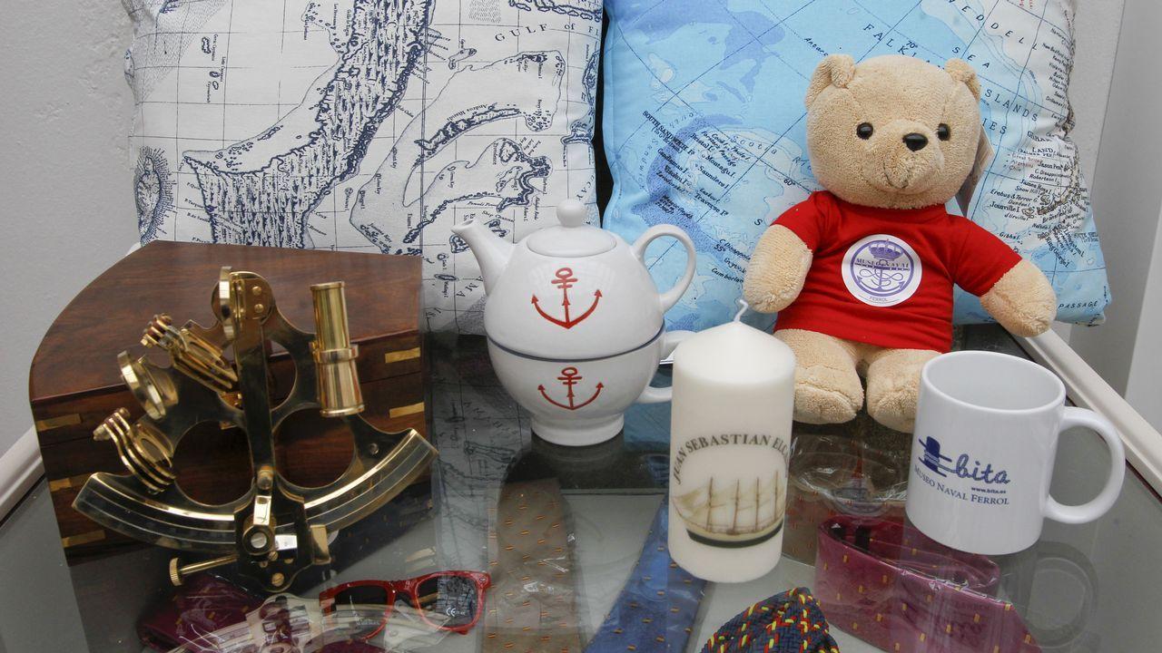 En la imagen, algunos de los artículos que se pueden encontrar en la nueva tienda del Museo Naval