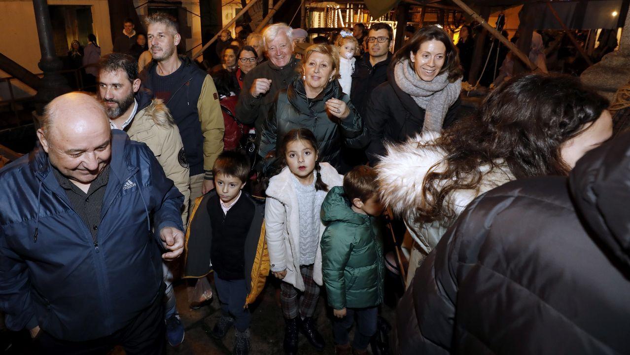 Abarrote en la inaugurzión del belén gigante de Viveiro.Iluminación navideña en Oviedo