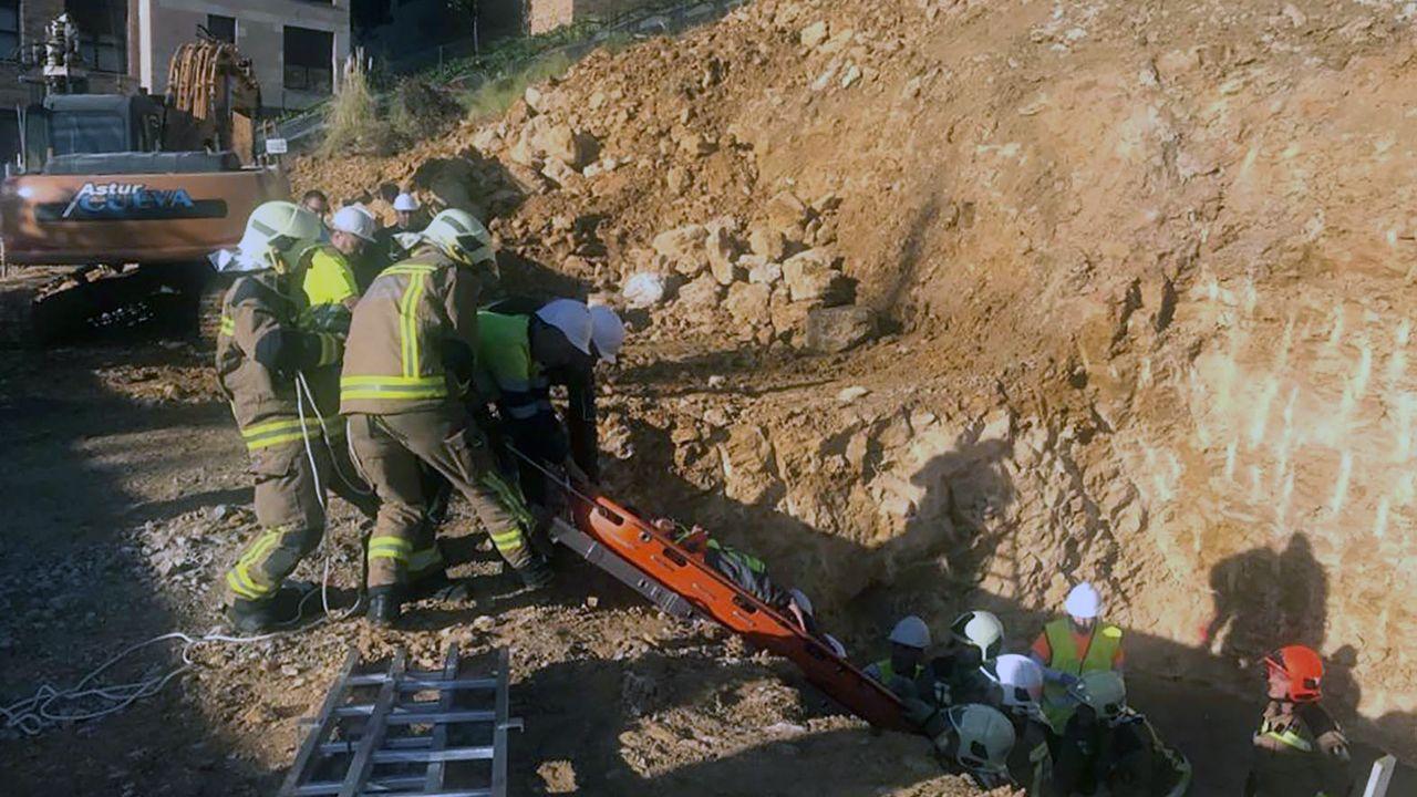 La plataforma SOS viejo HUCA, en las escaleras del antiguo hospital, presenta su proyecto para los terrenos.Trabajador herido en una obra en Oviedo