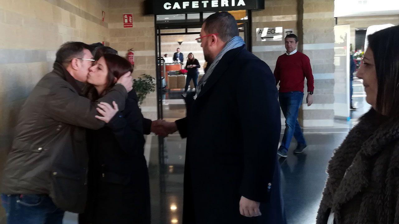 Adriana Lastra y Adrián Barbón, a las puertas de la sala 8 del tanatorio gijonés