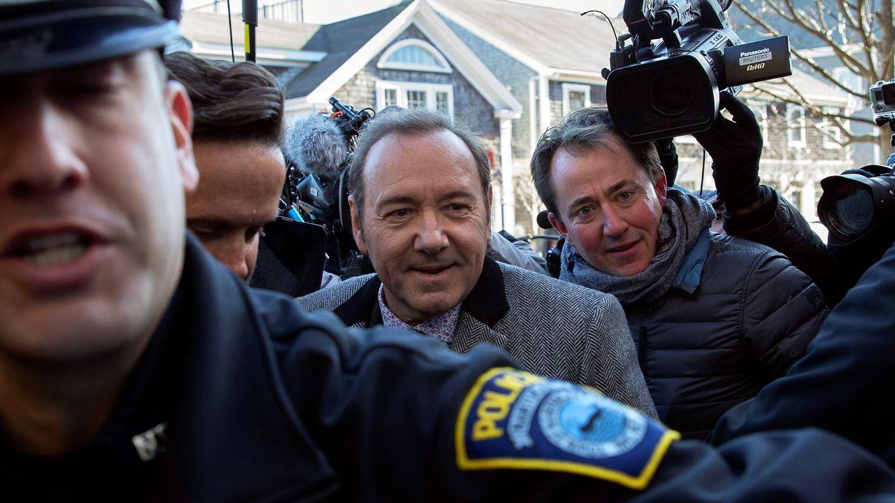 El actor estadounidense Kevin Spacey es escoltado por la policía a su llegada al tribunal de Nantucket, Estados Unidos