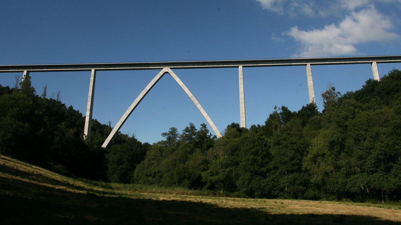 .VIADUCTO DEL DEZA: 96,5 METROS. AVE Santiago-Ourense. Como en otros viaductos del AVE el arco ojival se realizó mediante un proceso de abatimiento