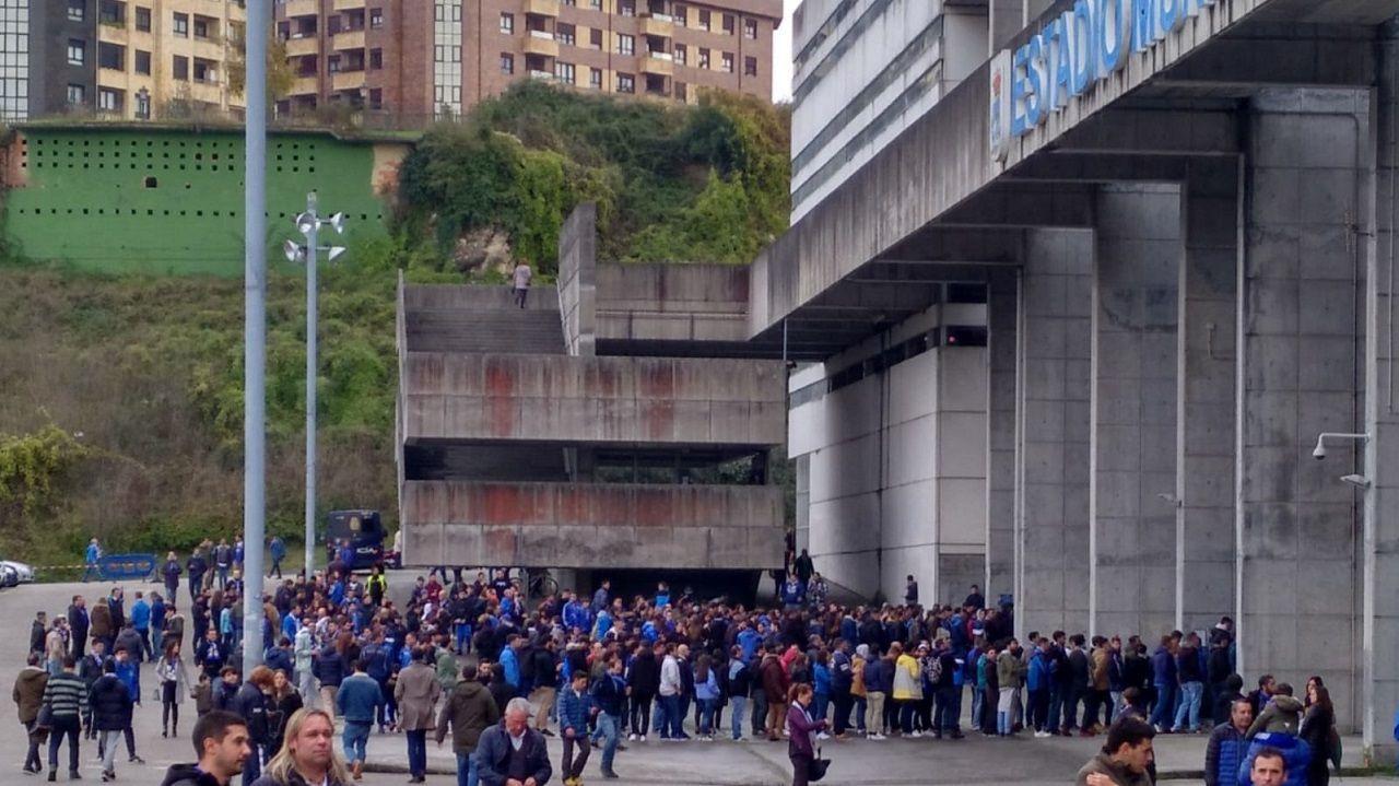 Miembros del Fondo Norte esperando fuera del Carlos Tartiere