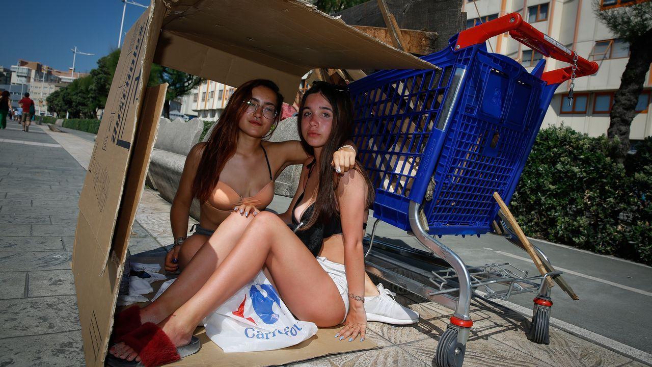 Trasladando cartones y madera en carritos del supermercado en A Coruña.