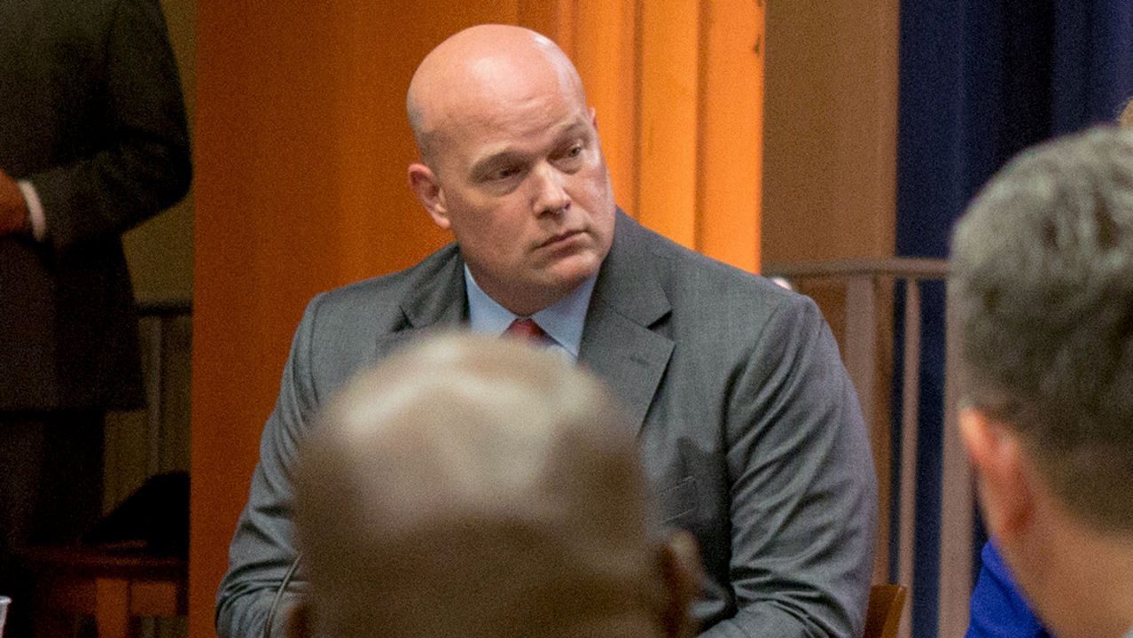 Whitaker sustituye a Sessions como fiscal general de manera interina