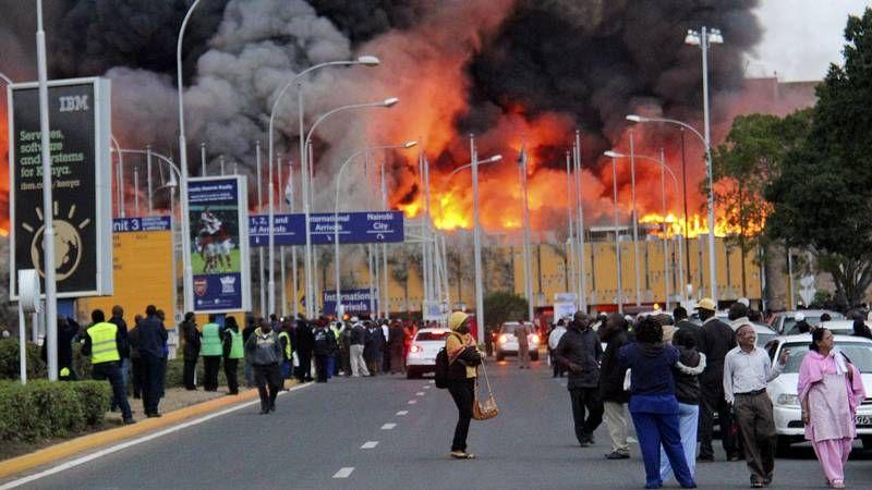 El fuego obliga a cerrar el aeropuerto de Nairobi.LA BANDA DEL TERCIO, EN CAPITANÍA. Ayer, a pesar del mal tiempo la agrupación de infantería de Marina realizó su ensayo en los soportales del Palacio de Capitanía.