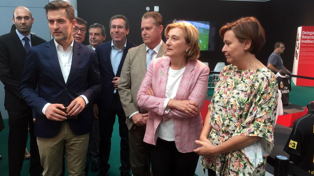 La delegada del Gobierno, Delia Losa, entre José María Pérez (PSOE) y la alcaldesa de Gijón, Carmen Moriyón, durante su visita a la Feria de Muestras
