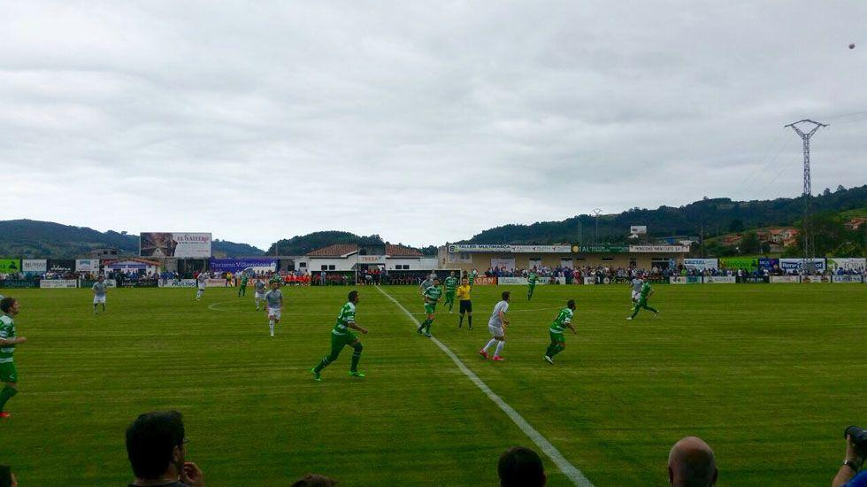 Un lance del partido entre el Lealtad y el Oviedo