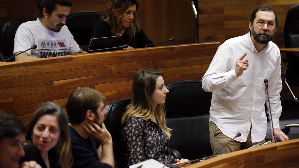 Gaspar Llamazares, en la sala de prensa de la Junta General.El portavoz de Podemos, Emilio León, durante su intervención en el pleno de hoy de la Junta General.
