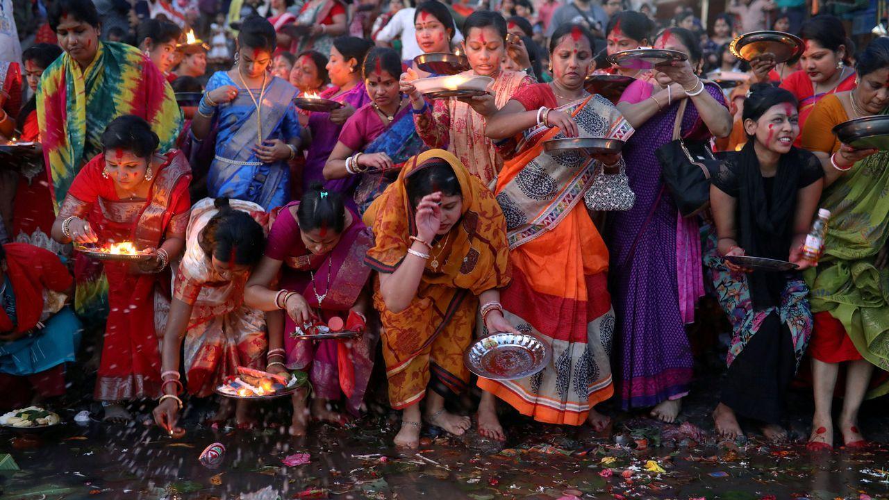 Devotos hindús sueltan lámparas de aceite en el río Buriganga, en Bangladesh
