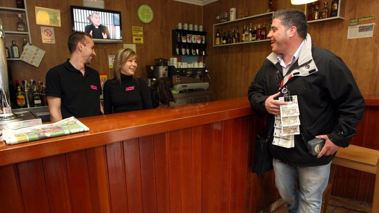 Así se celebró la Primitiva del 2001 en Traba de Laxe: ¡las imágenes!.Administración de Lotería en Gijón