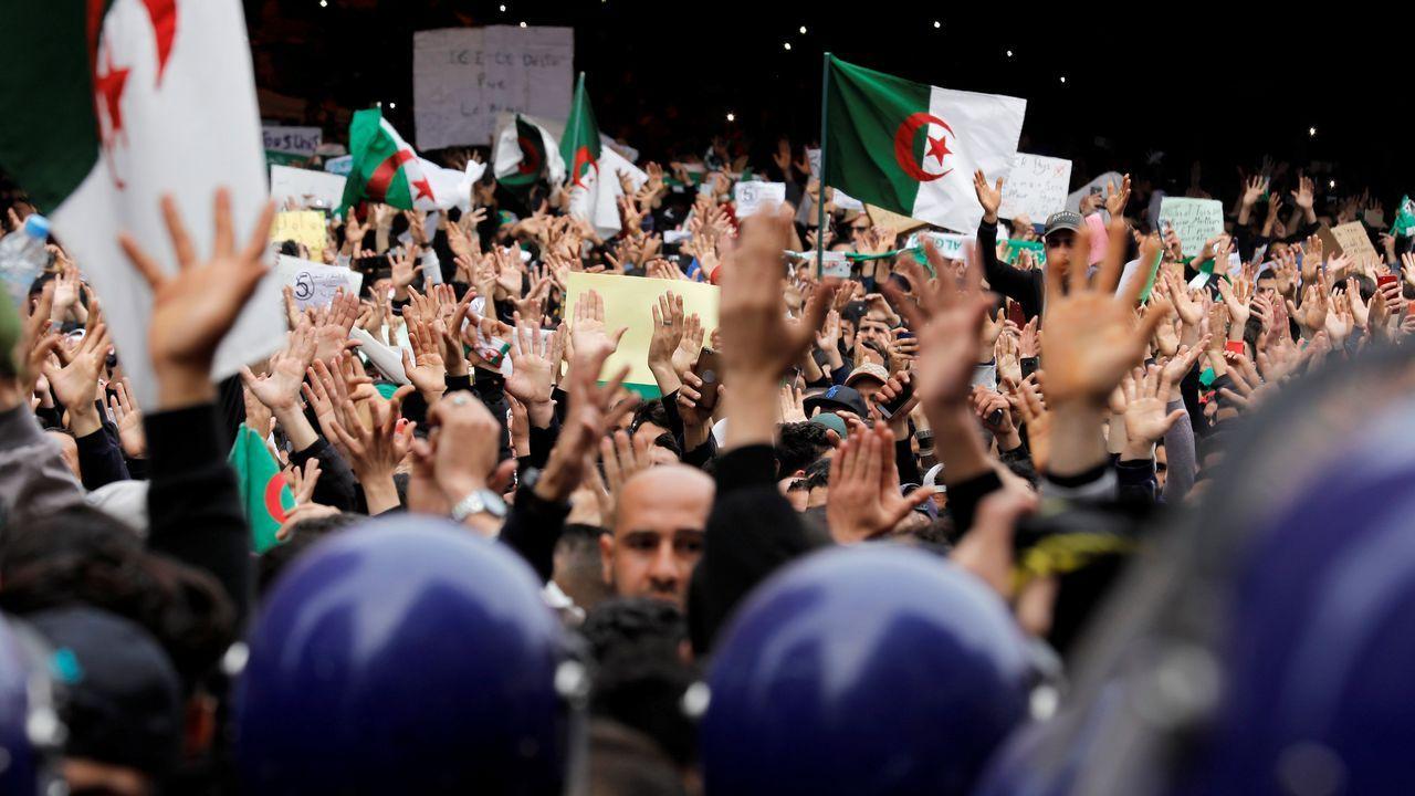 Cientos de miles de argelinos llenaron las calles de Argel, en una de las mayores protestas que se recuerdan