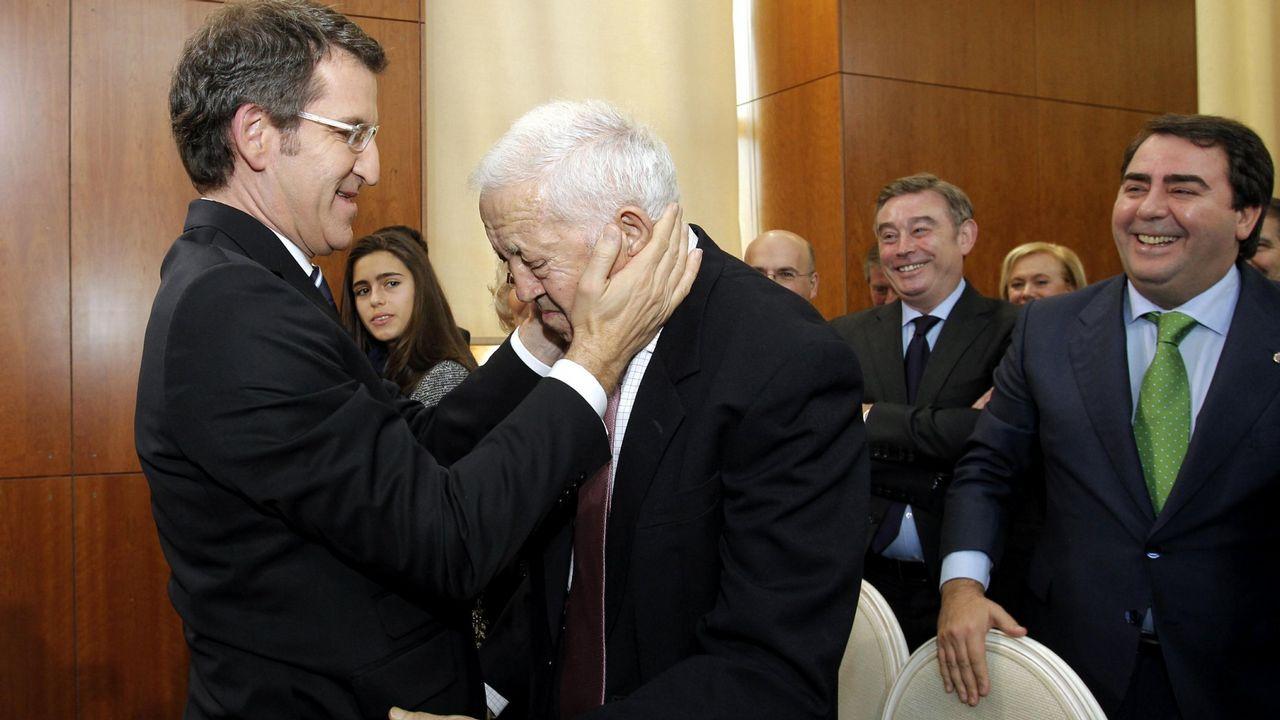 Acto de toma de posesión de Alberto Núñez Feijoo en el 2012. En la imagen, saluda a su padre.