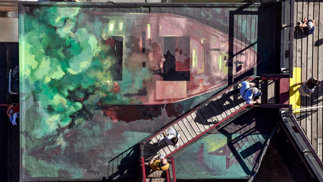 El Puente de Bizkaia celebra su 125 aniversario con una composición pictórica que recuerda el pasado minero e industrial de la ría del Nervión, que se exhibe en cuatro piezas en las cubiertas de los accesos a la barquilla del puente, dos en cada margen de la ría del Nervión. El mural, obra del estudiante del Máster de Pintura de la Facultad de Bellas Artes de la UPV/EHU, Pablo Zabala, representa la entrada y salida de dos barcos que dejan a su paso el humo teñido de verde en la margen izquierda y de rojo en la derecha por las luces del mar, y en la obra pictórica aparece también representado el viento del noroeste