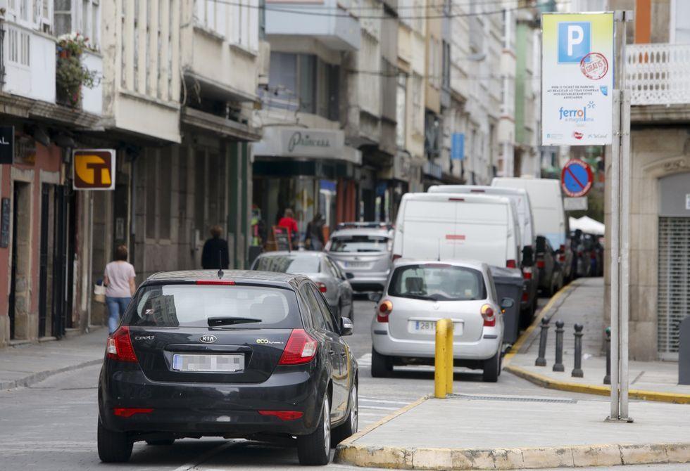 El verano ha complicado según los comerciantes las posibilidades de aparcamiento en el centro.