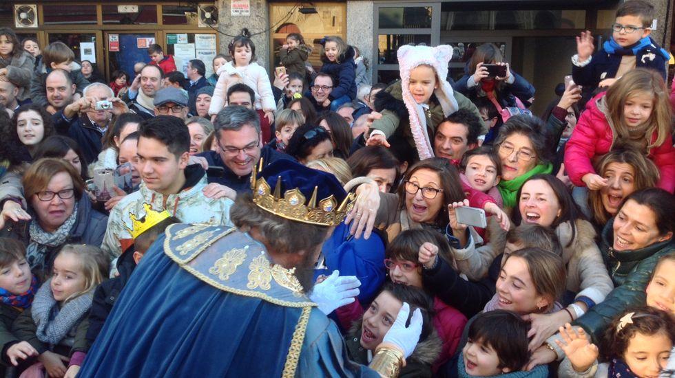 Gaspar saluda a pequeños y mayores en la recepción a los Reyes