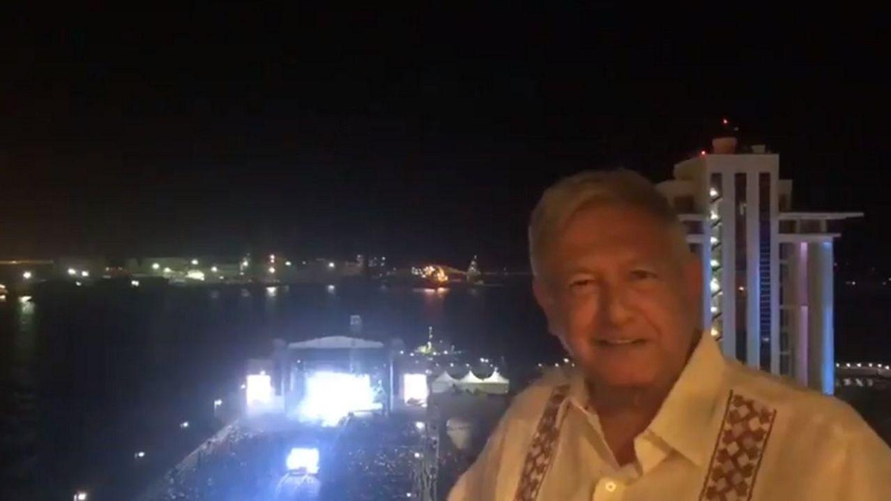 El presidente de México, Andrés Manuel López Obrador, en la imagen en el centro, mientras participa en un acto protocolario, en el municipio de Alvarado, en el estado de Veracruz (México)