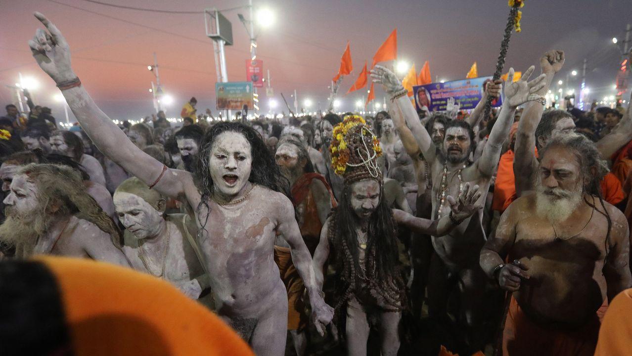 Sadhus (santos desnudos) llegan en procesión para bañarse en las aguas del río Yamuna, donde confluyen tres de los ríos más sagrados en la mitología hindú, durante la celebración del festival Kumbh Mela, en Allahabad, Uttar Pradesh (la India). Este festival hindú es una de las mayores congregaciones religiosas del mundo durante el cual, al amanecer, miles de peregrinos hindúes se sumergen en la confluencia de los ríos sagrados Ganges, Yamuna y Saraswati con la creencia de limpiar sus pecados