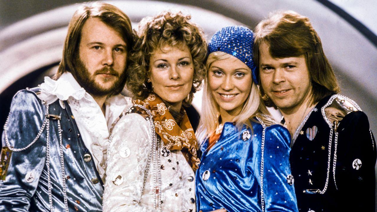 May intentó desdramatizar la desafección que siente con ella su partido bailando al ritmo del grupo sueco Abba.