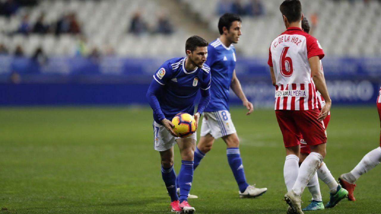 Omar Ramos Real Oviedo Almeria Carlos Tartiere.Omar Ramos, antes de botar una falta ante el Almería