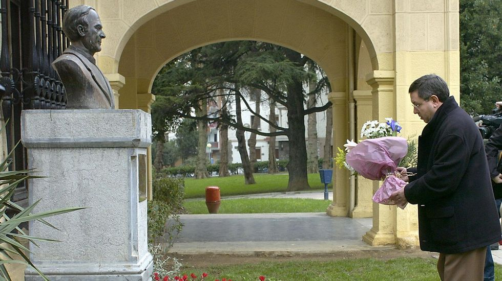 Ofrenda floral ante un busto del jesuíta Ignacio Ellacuría.
