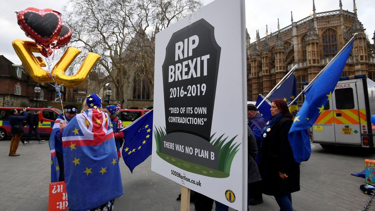 Theresa May ofrece su dimisión a cambio de que se apruebe su plan del «brexit».Un activista proeuropeo, frente al Parlamento de Londres