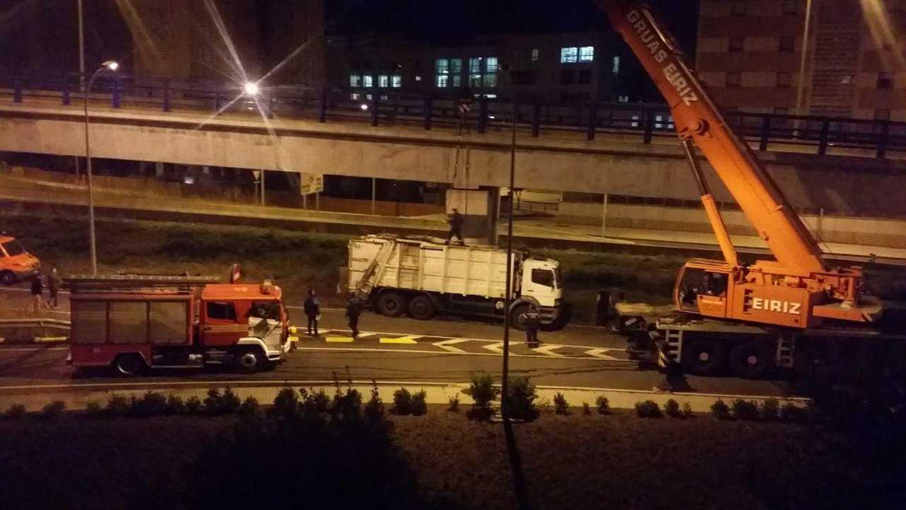 Fallece al volcar el camión que conducía en A Coruña