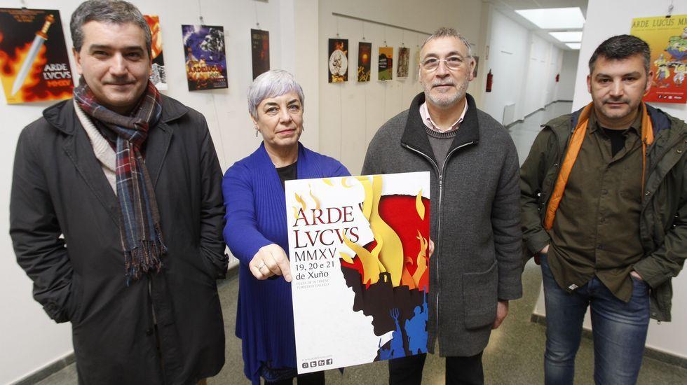 Los tres expertos de la Muralla con Aspnais.De Abel departe coa alcaldesa na presentación do libro.