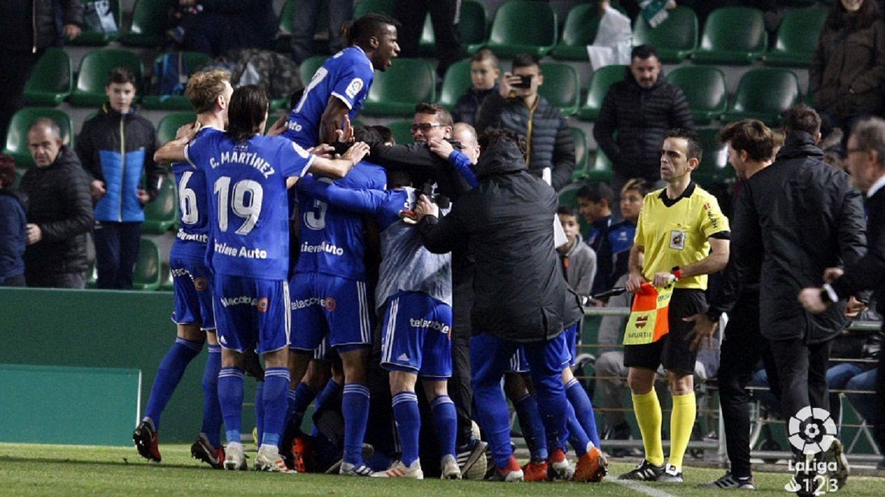 Los jugadores del Oviedo celebran el 1-2 al Elche