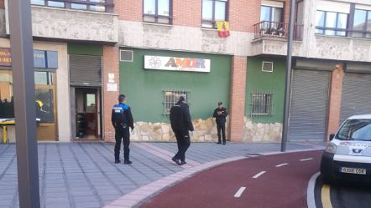 Redada antidroga en O Vao.La Policía Local en el lugar donde se produjo el acuchillamiento en Lugones