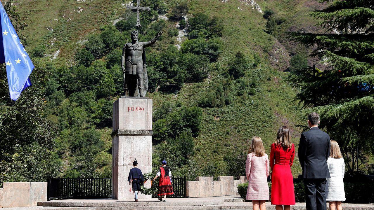 Los reyes Felipe y Letizia, junto a la princesa Leonor (d) y la infanta Sofía (4d), realizan una ofrenda floral ante la estatua de Don Pelayo para conmemorar los 13 siglos transcurridos desde la fundación del Reino de Asturias, hoy en Covadonga