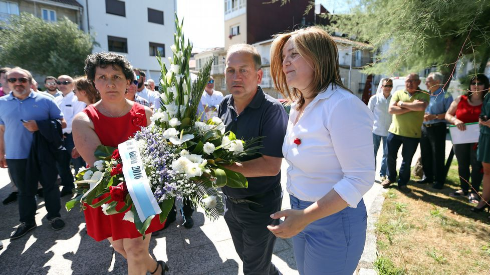 Acto del PSOE por el Día de la Patria delante del busto de Castelao en Rianxo con Pilar Cancela y Leiceaga.