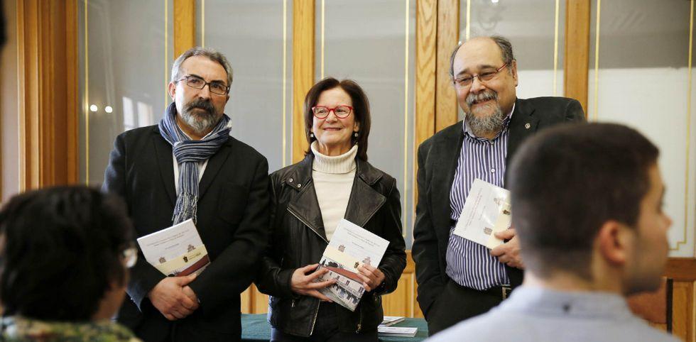.Xulio Rodríguez, Paz Leirós e Francisco Fariña na presentación da nova publicación.